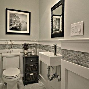 Foto de aseo tradicional renovado, de tamaño medio, con sanitario de dos piezas, baldosas y/o azulejos grises, paredes grises, suelo de mármol, lavabo suspendido y baldosas y/o azulejos de mármol
