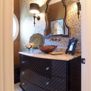 Klassische Gästetoilette mit Travertinfliesen in Cleveland