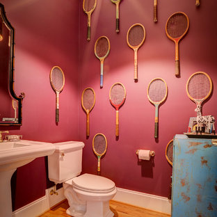 Пример оригинального дизайна: туалет среднего размера в стиле фьюжн с раздельным унитазом, фиолетовыми стенами, светлым паркетным полом и раковиной с пьедесталом