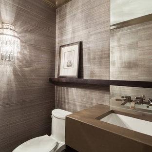 Стильный дизайн: туалет среднего размера в стиле модернизм с унитазом-моноблоком, коричневыми стенами, врезной раковиной, столешницей из искусственного кварца, полом из керамогранита и бежевым полом - последний тренд