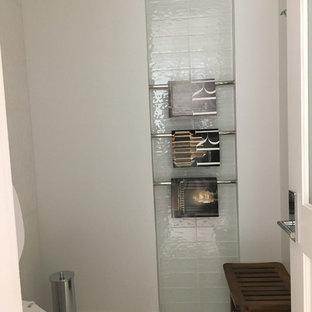 Неиссякаемый источник вдохновения для домашнего уюта: маленький туалет в современном стиле с унитазом-моноблоком, белой плиткой, стеклянной плиткой, белыми стенами, полом из керамической плитки и белым полом