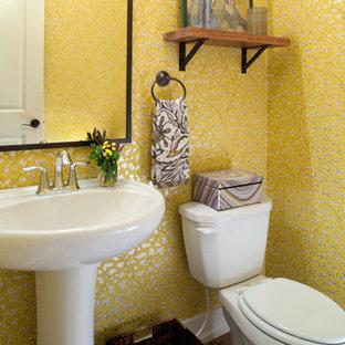 Свежая идея для дизайна: маленький туалет в стиле ретро с раковиной с пьедесталом и паркетным полом среднего тона - отличное фото интерьера