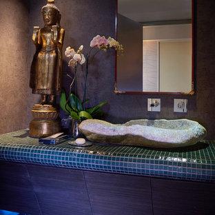 Стильный дизайн: маленький туалет в стиле фьюжн с плоскими фасадами, темными деревянными фасадами, зеленой плиткой, мраморным полом, настольной раковиной, коричневыми стенами, плиткой мозаикой и столешницей из плитки - последний тренд