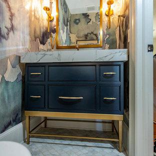 Mittelgroße Klassische Gästetoilette mit Kassettenfronten, schwarzen Schränken, weißer Waschtischplatte, bunten Wänden, Marmor-Waschbecken/Waschtisch und weißem Boden in Charlotte