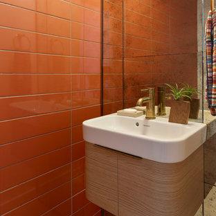 Inspiration pour un petit WC et toilettes vintage avec un placard en trompe-l'oeil, des portes de placard en bois brun, un WC séparé, un carrelage orange, des carreaux de céramique, un lavabo suspendu et un plan de toilette en verre.