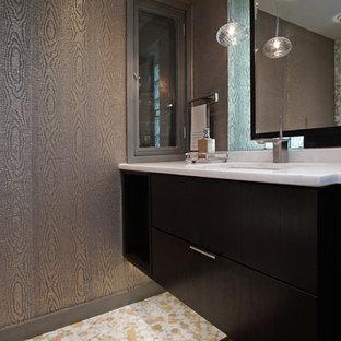 シカゴの小さいコンテンポラリースタイルのおしゃれなトイレ・洗面所 (モザイクタイル、フラットパネル扉のキャビネット、濃色木目調キャビネット、マルチカラーのタイル、モザイクタイル、アンダーカウンター洗面器、一体型トイレ、マルチカラーの壁、大理石の洗面台、白い洗面カウンター) の写真