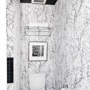 Moderne Gästetoilette mit weißer Wandfarbe und Wandtoilette mit Spülkasten in San Francisco