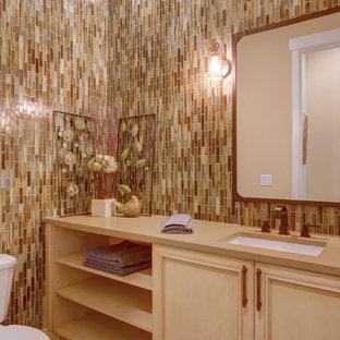 Идея дизайна: туалет в классическом стиле с фасадами с декоративным кантом, светлыми деревянными фасадами, коричневой плиткой, плиткой мозаикой, светлым паркетным полом, врезной раковиной и столешницей из искусственного кварца