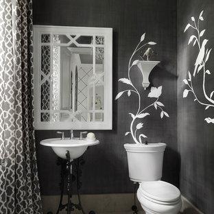 Idéer för ett mellanstort modernt toalett, med en toalettstol med separat cisternkåpa, svarta väggar, klinkergolv i keramik, ett piedestal handfat och grått golv