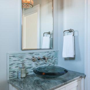 На фото: класса люкс маленькие туалеты в морском стиле с белыми фасадами, раздельным унитазом, стеклянной плиткой, серыми стенами, настольной раковиной, столешницей из кварцита, серой плиткой и фасадами с утопленной филенкой