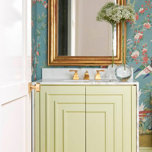 На фото: маленький туалет в стиле современная классика с фасадами островного типа, зелеными фасадами, светлым паркетным полом, врезной раковиной, мраморной столешницей, бежевым полом, синими стенами и белой столешницей с