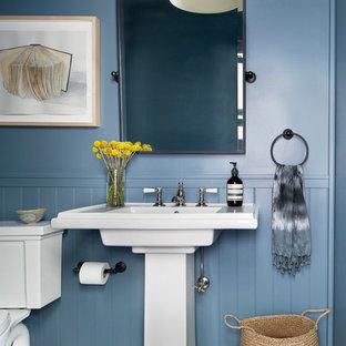 Esempio di un piccolo bagno di servizio tradizionale con WC a due pezzi, pareti blu, lavabo a colonna, pavimento multicolore e pavimento con cementine