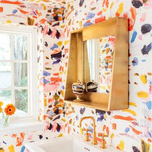 Стильный дизайн: туалет в стиле фьюжн с разноцветными стенами и раковиной с пьедесталом - последний тренд