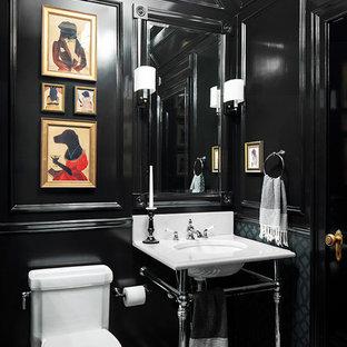 Réalisation d'un WC et toilettes tradition avec un plan vasque, un WC à poser, un mur noir et un sol en carrelage de terre cuite.