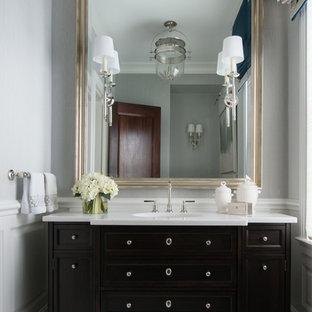 Идея дизайна: маленький туалет в стиле современная классика с фасадами островного типа, темными деревянными фасадами, серой плиткой, белой плиткой, плиткой мозаикой, серыми стенами, мраморным полом, врезной раковиной, столешницей из искусственного кварца и белой столешницей