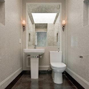 Ispirazione per un bagno di servizio design con lavabo a colonna, piastrelle grigie e piastrelle a mosaico