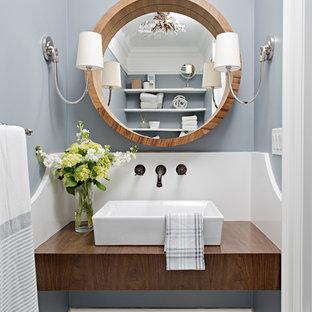 Идея дизайна: туалет среднего размера в классическом стиле с настольной раковиной, столешницей из дерева, коричневой столешницей, серыми стенами и белым полом