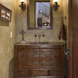 Idee per un piccolo bagno di servizio american style con ante lisce, ante in legno bruno, pareti beige, lavabo da incasso, top in legno e pavimento in terracotta