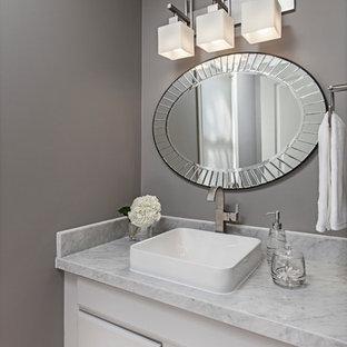 Kleine Klassische Gästetoilette mit Aufsatzwaschbecken, profilierten Schrankfronten, grauen Schränken, Marmor-Waschbecken/Waschtisch und grauer Wandfarbe in Detroit