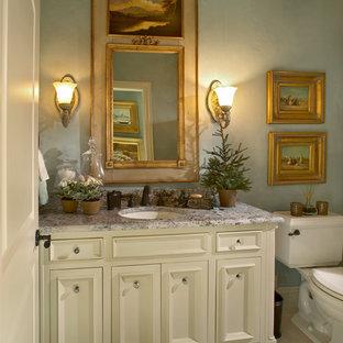 Пример оригинального дизайна: туалет среднего размера в классическом стиле с врезной раковиной, фасадами с декоративным кантом, столешницей из гранита, раздельным унитазом, бежевой плиткой, синими стенами и бежевыми фасадами