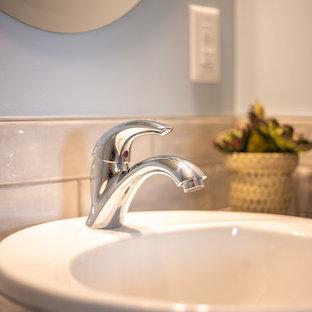Réalisation d'un grand WC et toilettes tradition avec un placard avec porte à panneau encastré, des portes de placard en bois brun, un WC séparé, un carrelage blanc, des carreaux de céramique, un mur blanc, un sol en bois brun, un lavabo posé, un plan de toilette en stratifié, un sol marron et un plan de toilette bleu.