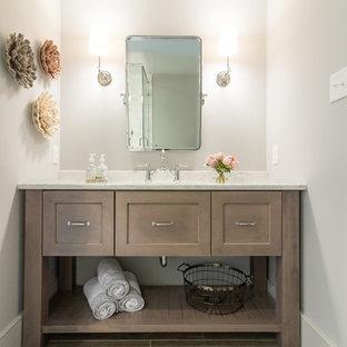 Idee per un piccolo bagno di servizio country con ante con riquadro incassato, ante beige, piastrelle grigie, pavimento con piastrelle in ceramica, top in quarzite, pavimento beige e top grigio