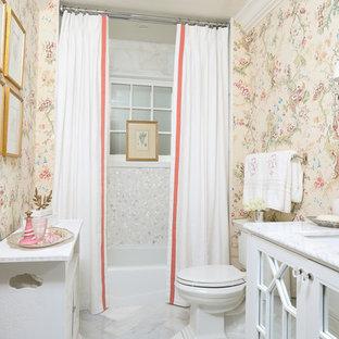 Foto di un piccolo bagno di servizio tradizionale con ante di vetro, ante bianche, WC a due pezzi, piastrelle bianche, pareti rosa, pavimento in marmo, lavabo sottopiano e top in marmo