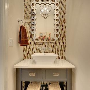 Пример оригинального дизайна: туалет в стиле современная классика с настольной раковиной, стеклянной плиткой, бежевыми стенами, фасадами островного типа и серыми фасадами