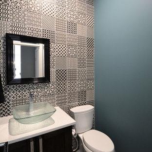 Новые идеи обустройства дома: туалет среднего размера в современном стиле с темными деревянными фасадами, раздельным унитазом, черно-белой плиткой, цементной плиткой, синими стенами, темным паркетным полом, настольной раковиной, столешницей из искусственного кварца и коричневым полом