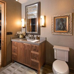 Стильный дизайн: маленький туалет в стиле современная классика с плоскими фасадами, темными деревянными фасадами, раздельным унитазом, серыми стенами, бетонным полом, врезной раковиной, столешницей из бетона, серым полом и серой столешницей - последний тренд