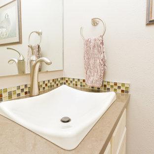 Foto di un bagno di servizio chic di medie dimensioni con ante con bugna sagomata, ante bianche, piastrelle verdi, piastrelle gialle, piastrelle a mosaico, pareti beige, lavabo da incasso e top in quarzo composito