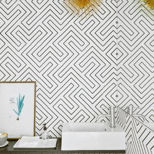 Immagine di un bagno di servizio country con pistrelle in bianco e nero, pareti bianche e lavabo a bacinella