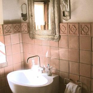 Foto di un piccolo bagno di servizio stile americano con piastrelle in terracotta, pareti beige, pavimento in terracotta, lavabo sospeso e pavimento beige
