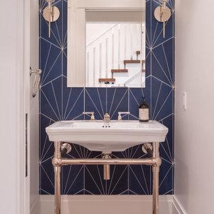Imagen de aseo tradicional renovado con paredes blancas, suelo de madera oscura, lavabo tipo consola y suelo marrón