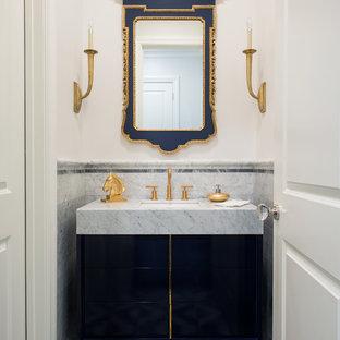 Свежая идея для дизайна: туалет в стиле современная классика с врезной раковиной, фасадами островного типа, синими фасадами, столешницей из кварцита, каменной плиткой, белыми стенами, мраморным полом, серой плиткой и серой столешницей - отличное фото интерьера