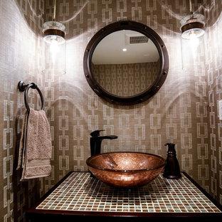 Свежая идея для дизайна: маленький туалет в современном стиле с фасадами островного типа, фасадами цвета дерева среднего тона, коричневой плиткой, коричневыми стенами, настольной раковиной и столешницей из плитки - отличное фото интерьера