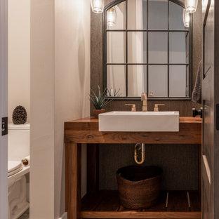 Exempel på ett stort lantligt toalett, med skåp i mellenmörkt trä, tegelgolv, ett fristående handfat och träbänkskiva