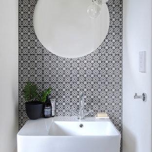 Idées déco pour un petit WC et toilettes contemporain avec un carrelage multicolore, un mur blanc et un lavabo suspendu.