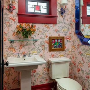Неиссякаемый источник вдохновения для домашнего уюта: маленький туалет в стиле кантри с раздельным унитазом, розовыми стенами, темным паркетным полом, раковиной с пьедесталом и коричневым полом