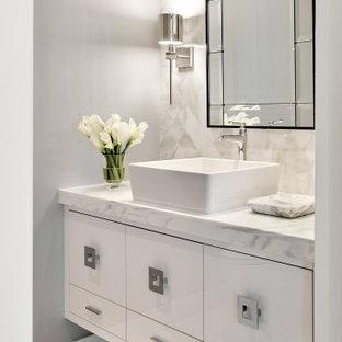 Kleine Moderne Gästetoilette mit verzierten Schränken, weißen Schränken, grauen Fliesen, grauer Wandfarbe, Aufsatzwaschbecken, grauem Boden, grauer Waschtischplatte und eingebautem Waschtisch in Phoenix