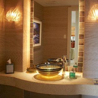 Esempio di un bagno di servizio design di medie dimensioni con piastrelle beige, piastrelle di cemento, pareti beige, pavimento con piastrelle in ceramica, lavabo a bacinella, top in pietra calcarea, pavimento beige e top beige
