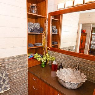 Réalisation d'un WC et toilettes ethnique de taille moyenne avec une vasque, un placard à porte plane, un plan de toilette en quartz modifié, un carrelage gris, des carreaux de céramique, un mur blanc et des portes de placard en bois brun.