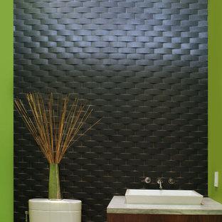 Cette image montre un grand WC et toilettes minimaliste avec un placard sans porte, des portes de placard en bois sombre, un carrelage gris, un carrelage de pierre, un mur vert, une vasque et un plan de toilette en granite.