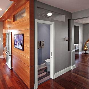 Exempel på ett litet modernt grå grått toalett, med släta luckor, grå skåp, en toalettstol med separat cisternkåpa, svart kakel, blå kakel, grå kakel, vit kakel, stickkakel, blå väggar, klinkergolv i porslin, ett integrerad handfat, bänkskiva i betong och flerfärgat golv