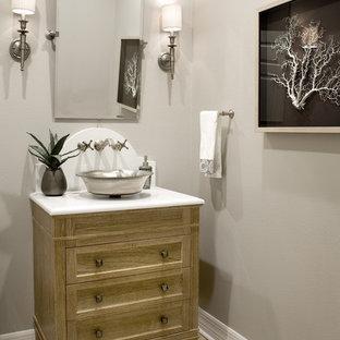Неиссякаемый источник вдохновения для домашнего уюта: туалет среднего размера в стиле современная классика с фасадами островного типа, фасадами цвета дерева среднего тона, раздельным унитазом, бежевыми стенами, светлым паркетным полом, настольной раковиной и столешницей из кварцита