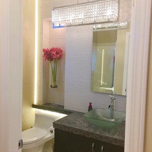 Idées déco pour un petit WC et toilettes moderne avec un placard à porte plane, des portes de placard marrons, un WC à poser, un carrelage jaune, des carreaux de porcelaine, un mur blanc, un sol en marbre, une vasque, un plan de toilette en quartz modifié, un sol gris et un plan de toilette marron.