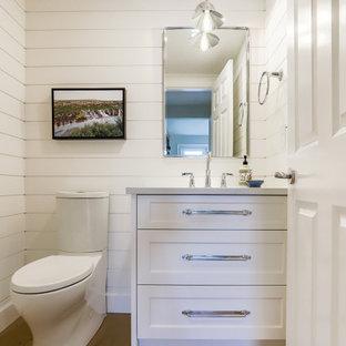 Inspiration pour un petit WC et toilettes traditionnel avec un placard à porte shaker, des portes de placard blanches, un WC séparé, un mur blanc, un sol en bois brun, un lavabo encastré, un plan de toilette en quartz modifié, un sol marron, un plan de toilette blanc, meuble-lavabo encastré et du lambris de bois.