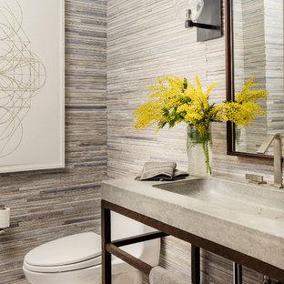 Идея дизайна: туалет среднего размера в стиле современная классика с унитазом-моноблоком, бежевой плиткой, мраморным полом, монолитной раковиной, столешницей из бетона и удлиненной плиткой
