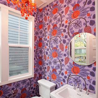 Idee per un bagno di servizio design di medie dimensioni con lavabo a colonna, WC monopezzo, pareti multicolore e pavimento in legno massello medio