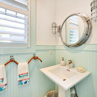 Immagine di un bagno di servizio stile marinaro con lavabo a colonna